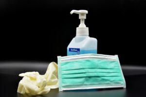 Social distancing mit Mundschutz und Desinfektion